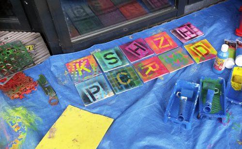 korte graffiti activiteit mini workshop voor kinderen tijdens een evenement, braderie, markt, festival of feest door Erica Verlaan