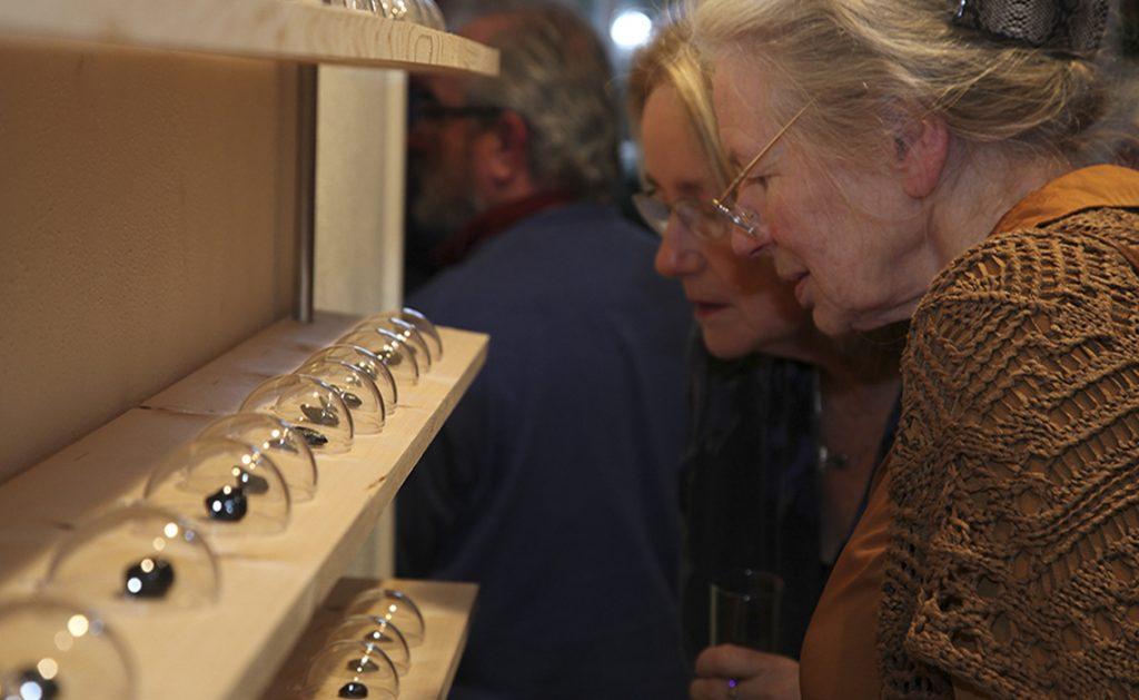 """Conceptueel werk van Erica Verlaan over de sporen die we dagelijks achterlaten Installatie """"Nieuwe fossielen"""" met gevonden voorwerpen als uitgangspunt"""